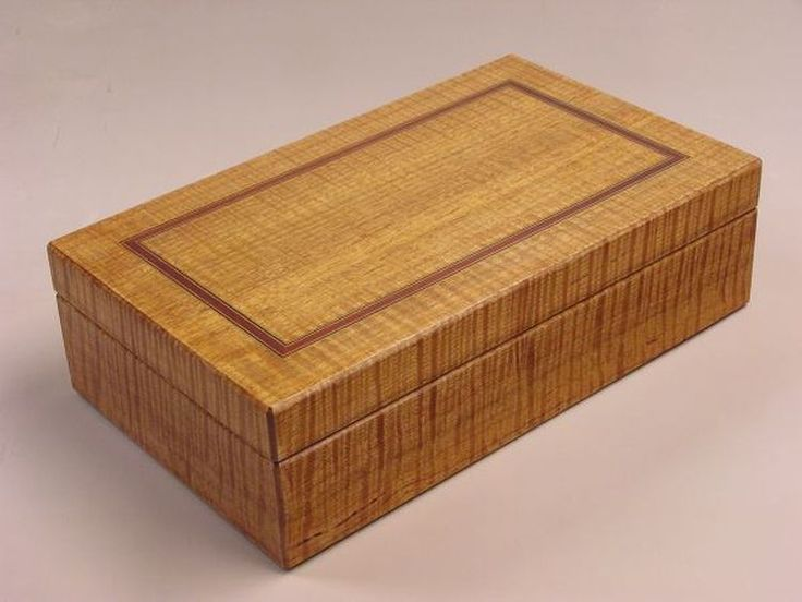 The fiddleback Victorian Ash jewellery box showing the outer lid and its inlay that consists of Ebony, Satinwood and Andaman Padauk timbers.