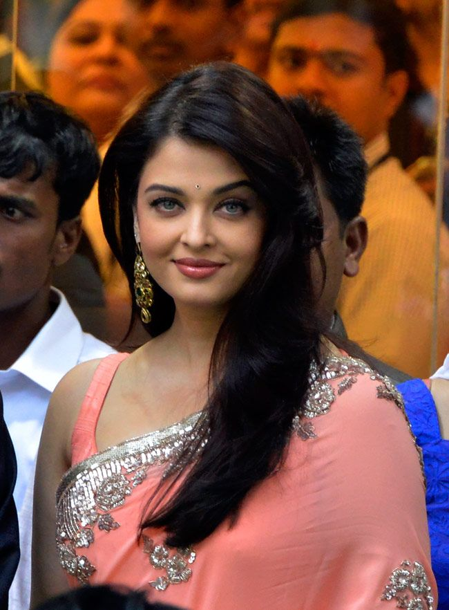 Aishwarya to get a glimpse of the hundreds of people flocked to Mumbai's Jehangir Art Gallery.