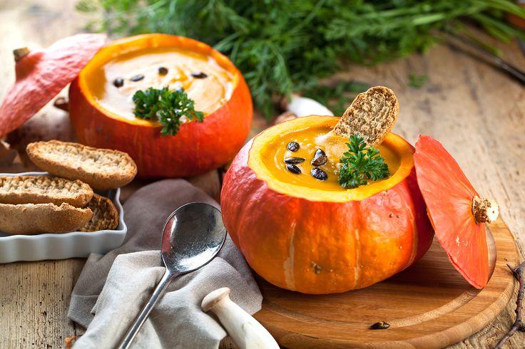Halloween stundar och temperaturen smyger nedåt, då kan det smaka gott med soppa. Så nu till helgen bjuder vi på ett gott recept med pumpa.
