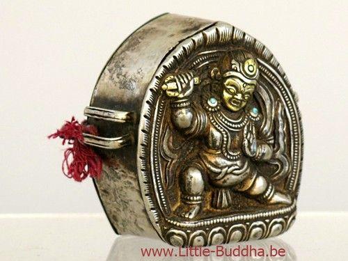Antieke Gau uit Tibet zilver met gouden accenten : Antieke Tibetaanse (reis)amulethouder, zgn. Gau, in zilver en goud (met een achterstuk in koper), bezet met turkoois en met de voorstelling van Vajrapani.  http://www.little-buddha.be/private_collection/ | little_buddha_1