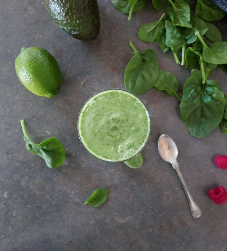 Grön smoothie med alla fibrer, antioxidanter och vitaminer kvar i glaset. Spenat, avokado och fryst banan med en bas av mandeldryck, blir gott mellanmål.