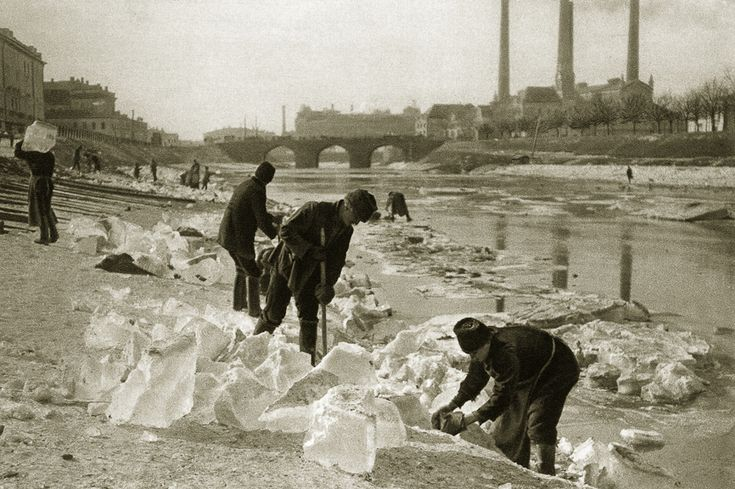 Москва 1920 г.Зимой заготавливали лед для ледников. Глыбы льда клались на хранение в погреба, засыпались опилками, а затем продавались весь год до следующей зимы. Лед был незаменим в хозяйстве, им наполняли шкафы-ледники для поддержания низкой температуры внутри. До эры холодильников остается совсем немного. Бизнес был немалый и прибыльный.