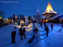 El momento azul en la aldea de Papá Noel en Rovaniemi en Laponia
