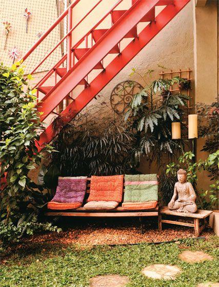 O jardim, montado em três dias pela Verdejante Paisagismo, de São Paulo, reúne plantas adequadas à sombra, como a arália (Aralia elegantissima), rente ao muro, e o pacová (Philodendron martianum), à frente.
