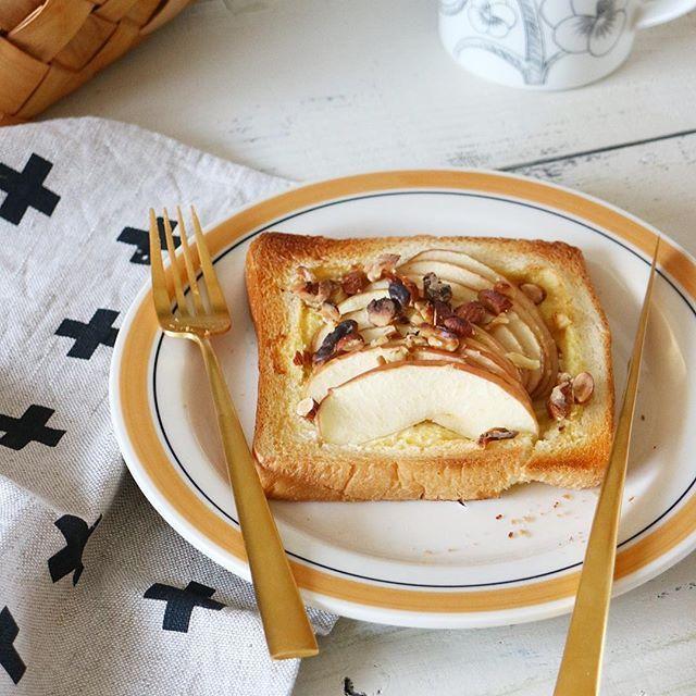 * ♡今日の#胸きゅん朝ごはん♡ *** りんごトースト *** \Good morning/ 今日の朝ごはんは スライスしたりんごを食パンにのせて りんごトーストでした。 * * 今まで何かあったとき 自分が我慢すれば まるくおさまると思っていたけど 声にだして発言したほうがいいんだと思った。 それは自分自身のためだけじゃなく 誰かのためにもなる。 声に出さないと何もなかったことになるし 誰かに伝わることはない。 * 言い方は考えないとだけど 声に出してもっと伝えてもいいんじゃないかな。 *** 今日も素敵な1日になりますように♡ *** #カスタマイズエブリデイ #E朝 #週末野心 #朝時間 #instafood #foodstagram #クッキングラム #デリスタグラマー #onthetable #foodpic #foodstyling #todaysbreakfast #朝活 #カメラ女子 #エルグルメ #朝美人アンバサダー #丁寧な暮らし #朝ごはん #おうちごはん #おはよう #おうちカフェ #りんご #トーストアレンジ #パン部 #朝食 #朝ごパン…