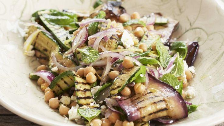 Mediterraner Genuss mit leichten Röstaromen: Auberginen-Zucchini-Salat mit Kichererbsen | http://eatsmarter.de/rezepte/auberginen-zucchini-salat-mit-kichererbsen