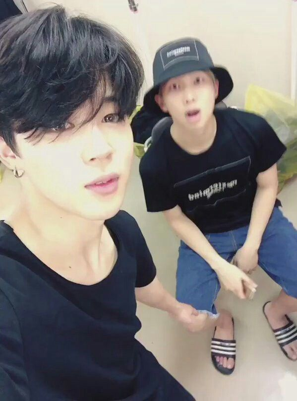 Wooaaahhhh Jimin looks so pretty in this picture ~•~
