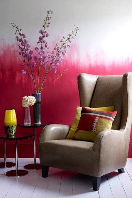 parede com efeito ombré, pintura em degradê em rosa e branco com vso de flores grande e poltrona marron de couro
