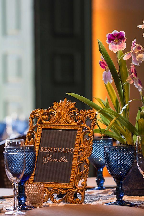 Um jeito delicado e elegante de colocar a plaquinha de reservado na mesa da família. Porta retrato estilo barroco dourado com arte personalizada.  Foto: Julia Ribeiro