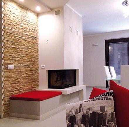 Camino realizzato con monoblocco ad aria calda ventilato e il rivestimento è in marmo da tinta e okite bianca.