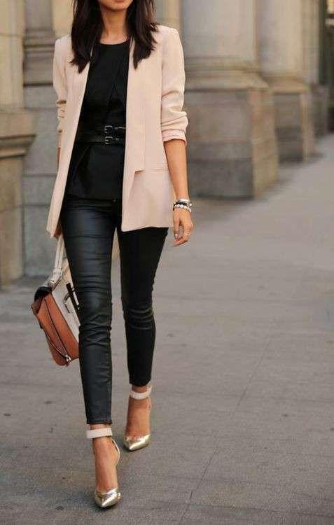 Come abbinare le scarpe metallizzate - Sandali metallizzati oro con pantaloni similpelle e blazer panna