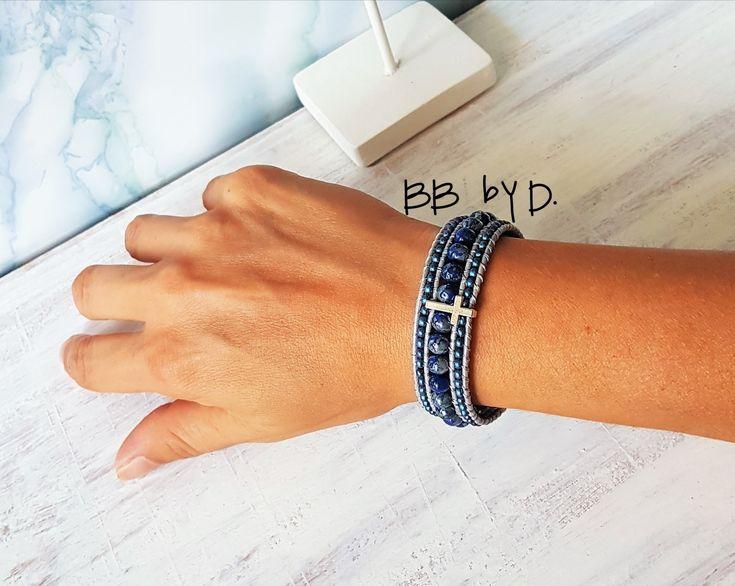 Bracelet wrap multi-rangs en cuir et perles, couleur bleu picasso et Croix argenté