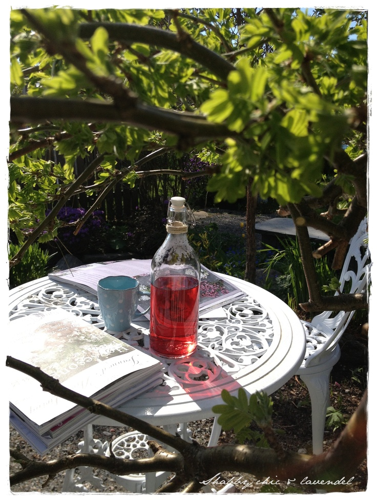 Sunshine, flowers blooming in the garden, jeannedàrk living, something to drink... Lovely!! :)