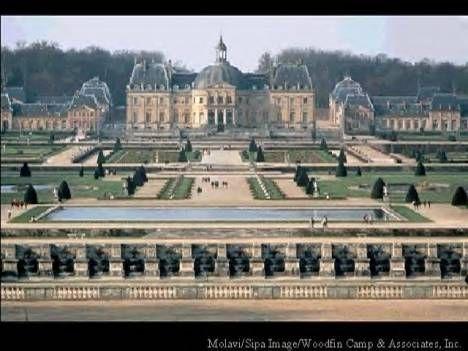 Vaux-le-Vicomte. - 12) CLASSICISME ET ARCHITECTURE: Il témoigne du goût typiquement français pour les grandes masses harmonieusement équilibrées ainsi que de l'importance de la rigueur antique. Louis Le Vau prévoit initialement de prolonger les 2 ailes des communs surélevées et reliées à l'ancien château, 2 pavillons symétriques. Il veut de même élever un bâtiment sur le parc, dont les fenêtres rectangulaires sont séparées par des pilastres d'ordre ionique.
