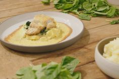 Puree, spinazie en een stukje 'mooie meid' met daarover sabayon en Parmezaanse kaas. Dit is een echte klassieker om mee uit te pakken als er gasten komen.