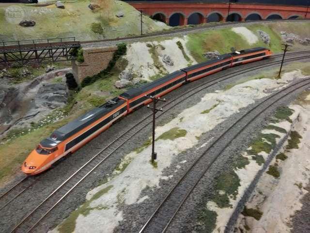 . Tren alta velocidad TGV Sud Est de los ferrocarriles franceses SNCF. Excelente modelo de 4 elementos en escala H0 y para corriente continua hecho en Francia por Jouef. Pantografos en metal. DIGITAL DCC con luces en ambas direcciones.  Compatible con Ibert