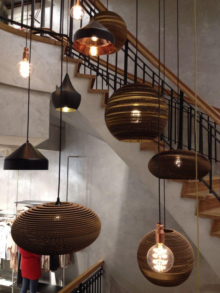 Lampenkap gemaakt van kartonnen ringen op elkaar