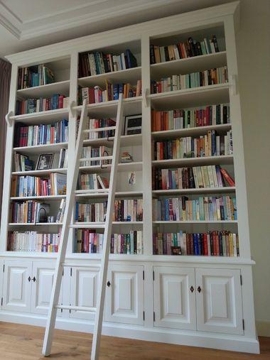 hoge boekenkast met ladder op maat gemaakt