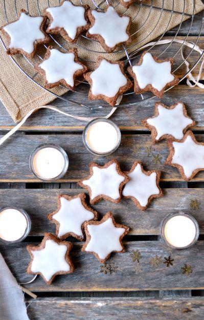 Zimtsterne étoiles à la cannelle vegan sans gluten ♦️ Pour 16 étoiles environ ♦️100 g d'amandes ♦️100 g de noisettes ♦️100 g de sucre glace (moudre du sucre blond de canne pour le faire maison) ♦️2,5 càs cannelle (à ajuster selon les goûts) ♦️3 càs de graines de lin (20 g)Glaçage : ♦️100 g de sucre glace ♦️1,5 càs de lait végétal