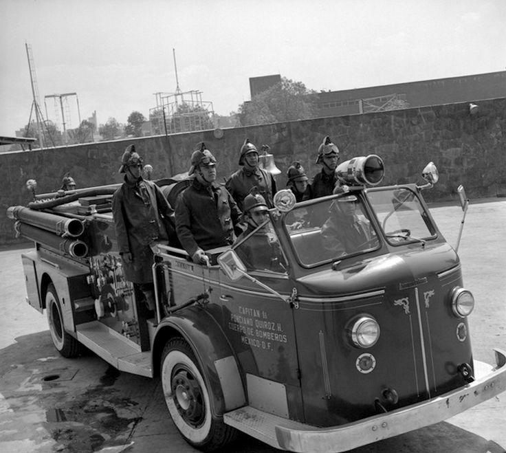 """Un grupo de bomberos y su carro posan para la foto en el patio de la Estación Central de Bomberos """"Comandante Leonardo del Frago"""", ubicada en el cruce de la Calzada Canal y la avenida Fray Servando Teresa de Mier, en 1961."""