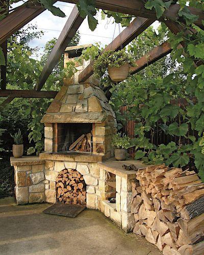 Ručně stavěný krb z pískovce je vždy originálním kouskem. Může být i součástí venkovní kryté kuchyně.