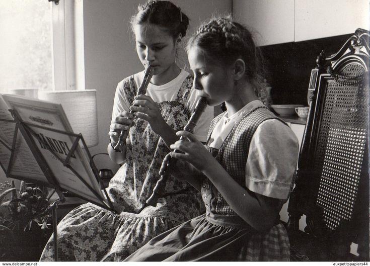 Photo Originale Musique Et Flûte à Bec - Deux Gamines Jouant Leur Partition De Mandel à La Flûte En 1985 - Objets