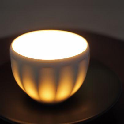 『白磁手彫り』シリーズは、彫って薄くなった部分が、透過性があり光が透けるのが特徴です。- 白磁手彫ボウル2013〜一真窯〜波佐見焼