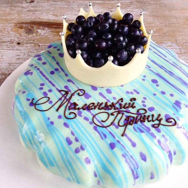Новые формы оказались весьма коварны👿 По задумке на этом торте должны были быть красивые разводы глазури🌊 но при попытке смахнуть ее, края торта неприятно оголились😧, поэтому пришлось залить торт повторно🚿 И чтобы хоть как то обыграть задумку, я добавила другой цвет в виде брызг💦  В целом вроде неплохо получилось, но на будущее урок получен🤔