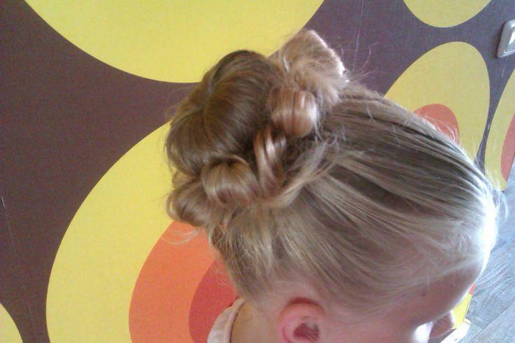 Haarknot met strikjes van eigen haar