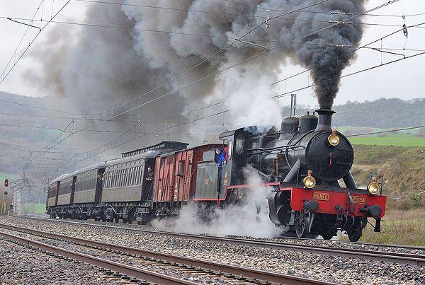 """La Composición del Tren de la Fresa con locomotora 140-2054 """"Guadix"""" y coches """"Costa"""" o """"Getafe"""" (CCR-2470,"""