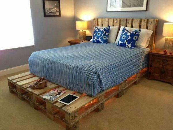 lit fabriqué en bois avec lumière et étagère