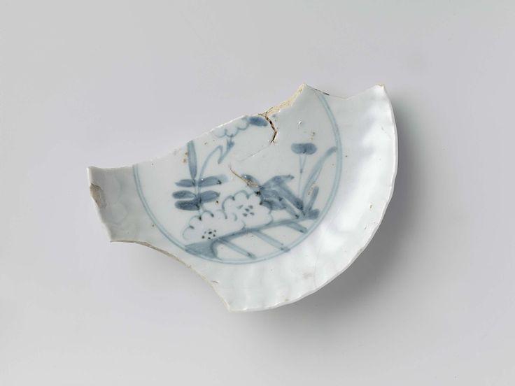   Bord, 1600 - 1625   Bord, scherf daarvan, met blauw plantendecor, misbaksel, Arita.