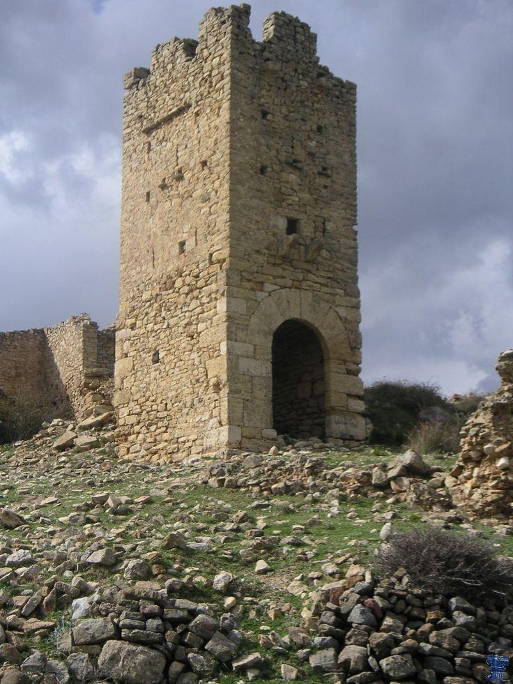 CASTLES OF SPAIN - Castillo Pradas - San Agustín (Teruel). El castillo se asienta sobre una loma que bordea el arroyo Barruezo, la zona perteneció a los musulmanes, y fue reconquistada por el rey aragonés Pedro II, en el S. XIII. La primera referencia histórica al castillo se remonta al año 1294, perteneció a la baronía de los Escriche, después a los Sánchez Muñoz.