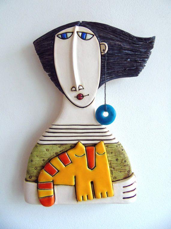 Chica de arte cerámico, escultura cerámica, hecho a mano con gato amarillo, arte de la pared