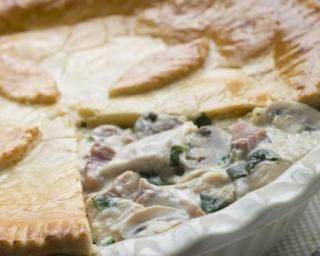 Tourte au poulet, béchamel et champignons : http://www.fourchette-et-bikini.fr/recettes/recettes-minceur/tourte-au-poulet-bechamel-et-champignons.html
