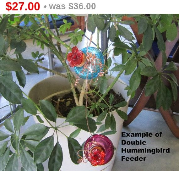 Use coupon code: PIN10 for 10% off! Double #hummingbird #feeder, you receive two (2) red glass jars. Comes with your choice of wire, you can choose from wire heart, daisy or bell flower pattern, or if you prefe... #decorative