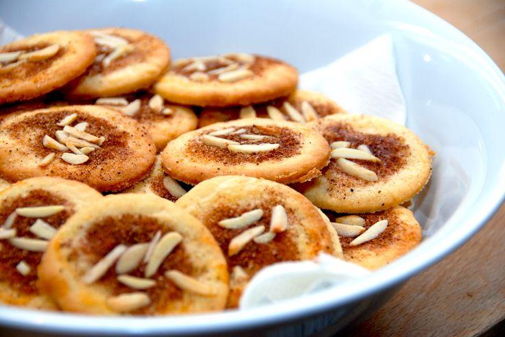 Den bedste opskrift på jødekager, der bages med hjortetaksalt. Det gør jødekagerne mere sprøde, og kagerne pyntes med kanelsukker og mandler. Til bagning af 60 stk. jødekager skal du bruge følgende…