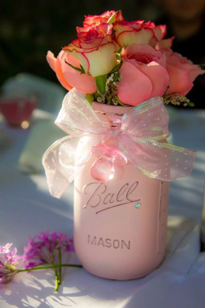 Creatief met lege glazen potten If you didnt want pink just regular mason jars with flowers and a lacey ribbon around is very elegant and vintage