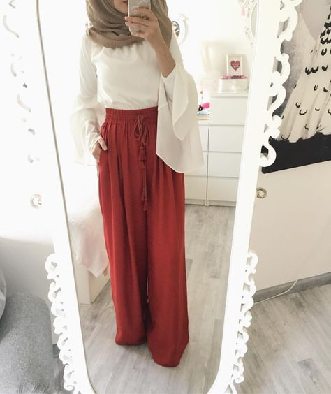 "3,668 Likes, 13 Comments - Ebru (@ebrusootds) on Instagram: ""#ootd hijab @silkhome_habinjuwel Skirt / rock @mango"""