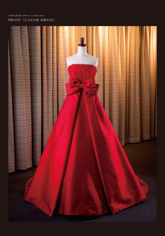 カラードレス『Victoria』/鮮やかな赤に染め上げたミカド(シルク)が、すっきりとしたAラインを描くドレス。フロントの大きなリボンや胸元のビーディングはもちろん、トレーンに連なるくるみボタンでバックスタイルはエレガントな印象に。