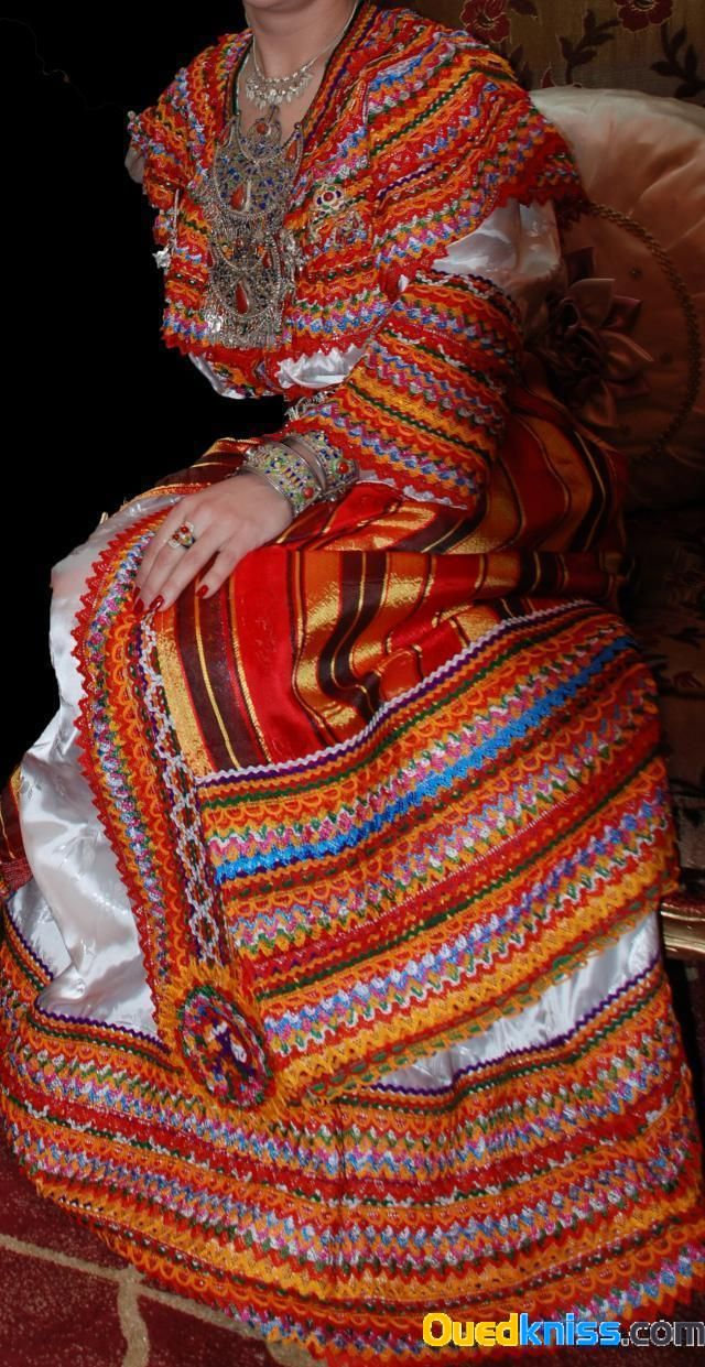 La vraie robe kabyle (Iwadiyen) avec ses beaux accessoires en argent et corail. The real Kabyle traditional outfit with its silver and coral accessories.