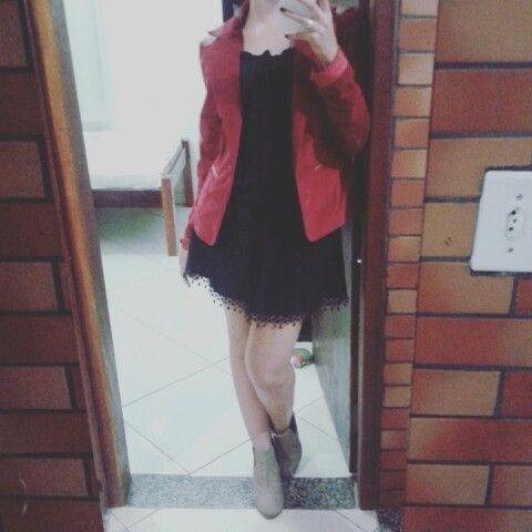 Vestido preto com blaser + bota de cano curto
