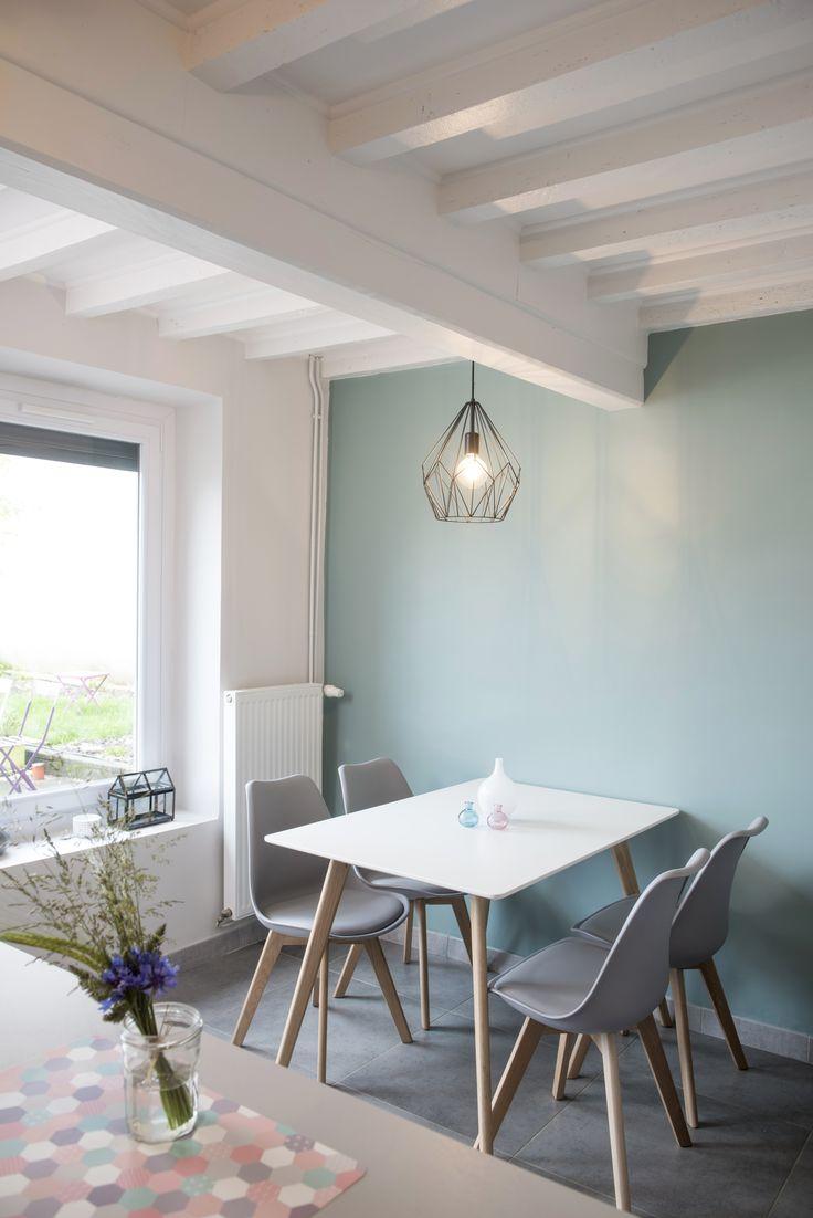 Mur coloré à côté de la table de cuisine dans une maison familiale rénovée par l'architecte d'intérieur Marion Lanoë.