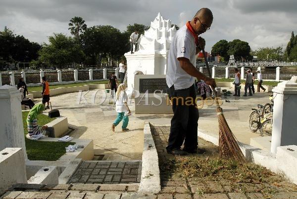 Merawat Situs Sejarah  Gerakan Masyarakat Cinta Banda Aceh mengecat dan membersihkan Pintoe Khop di Taman Putroephang, Banda Aceh, Sabtu (21/1/2012). Pintoe Khop dulu merupakan gerbang yang menghubungkan Istana Sultan Iskandar Muda dengan Taman Ghairah juga sebagai taman keluarga kerajaan Aceh.