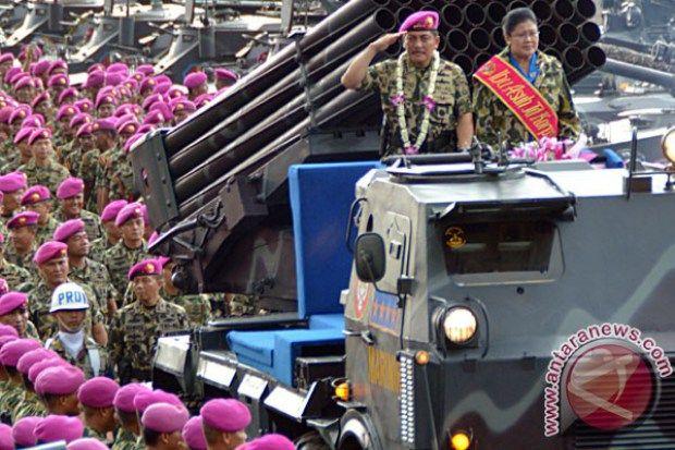 Laksamana TNI (Purnawirawan) Marsetio beserta istri melakukan penghormatan kepada ribuan prajurit Korps Marinir TNI AL pada upacara pelepasan di Bhumi Marinir Karangpilang, Surabaya, Jatim, Senin (5/1). Marsetio memasuki purna tugas sebagai kepala staf TNI AL dan digantikan Laksamana Madya TNI Ade Supandi. (ANTARA FOTO/Eric Ireng)