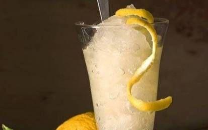 Granita al limone con scorzette - La granita di limone con scorzette è una ricetta facile da preparare per un dessert estivo o per la merenda dei bambini. Gli ingredienti sono acqua, zucchero e succo di limone.