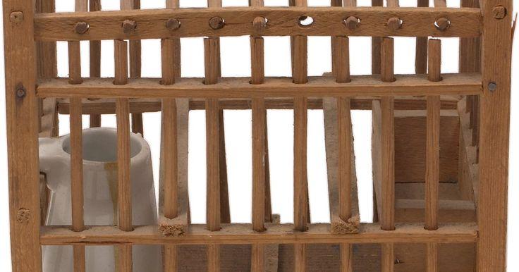 """Cómo construir una caja de Skinner. Uno de los pioneros en el campo de la psicología del comportamiento, Burrhus Frederic Skinner, contribuyó con teorías importantes de la conducta humana que todavía se enseñan en las clases de psicología a nivel universitario hasta la fecha. Skinner acuñó el término """"condicionamiento operante"""", donde la idea es que los seres humanos hacen ..."""