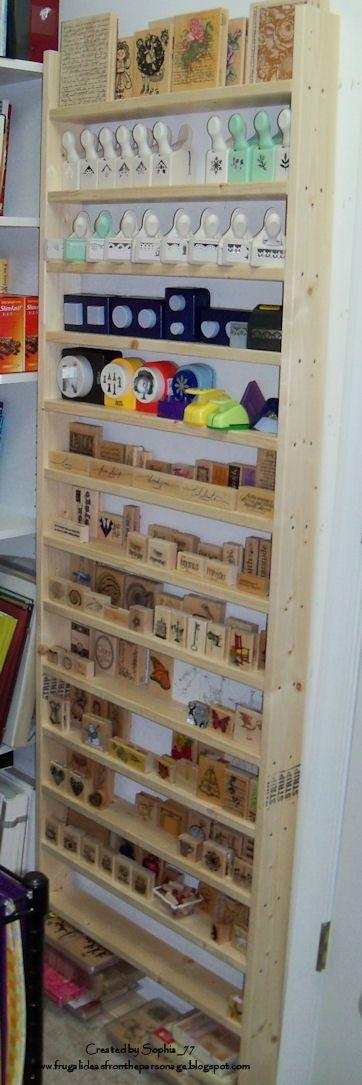 Organización y almacenamiento de troqueladoras y sellos de madera.