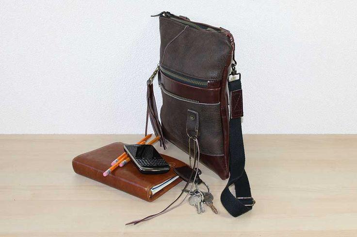 Handgemaakte crossbody tas van hergebruikt leer.