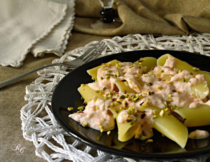 Pasta con crema di salmone e pistacchi tostati